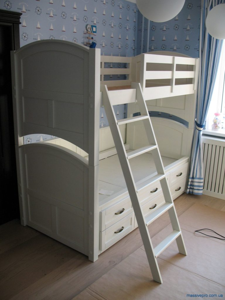 Белая двухэтажная кровать из дерева от MassivePro