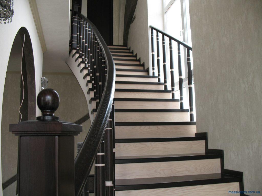 Лестница на второй этаж в частном доме от MassivePro